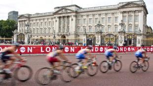 cycling past buckingham palace