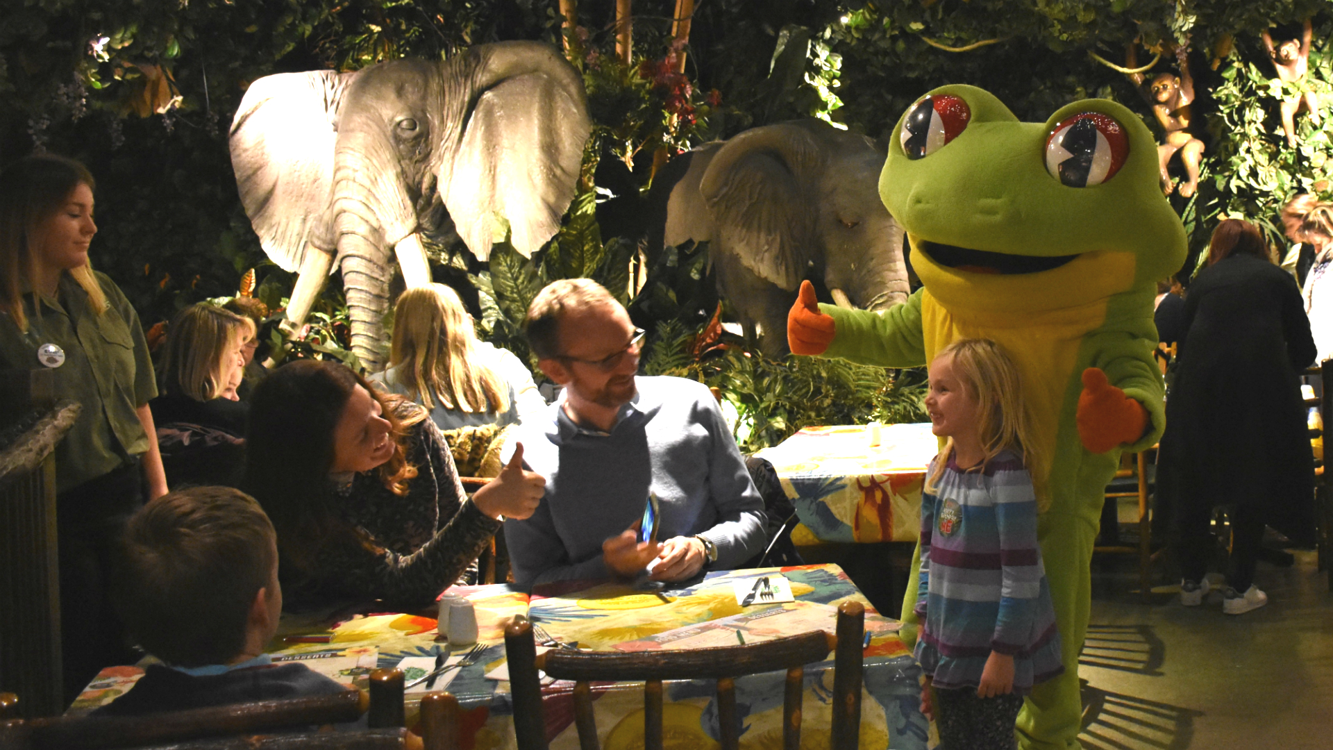 Children's entertainers and rainforest animals at The Rainforest Cafe