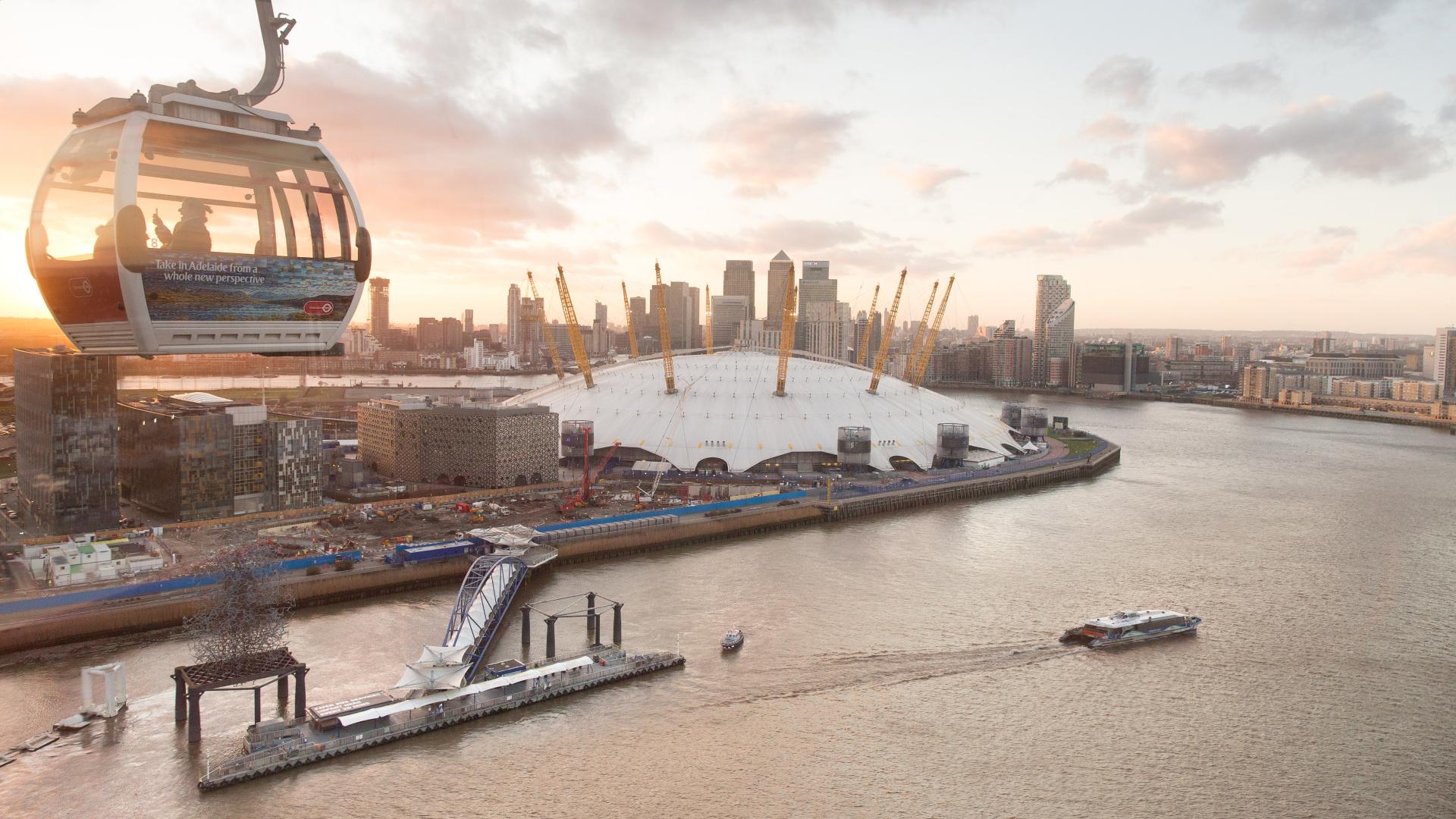 Le soleil se couche sur Greenwich, The O2 et la télécabine Emirates Air Line.