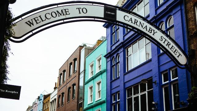 La rue colorée de Carnaby Street à Londres et son signe de bienvenue.
