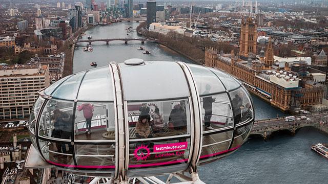 Une cabine du London Eye surplombant le fleuve de la Tamise et Londres.