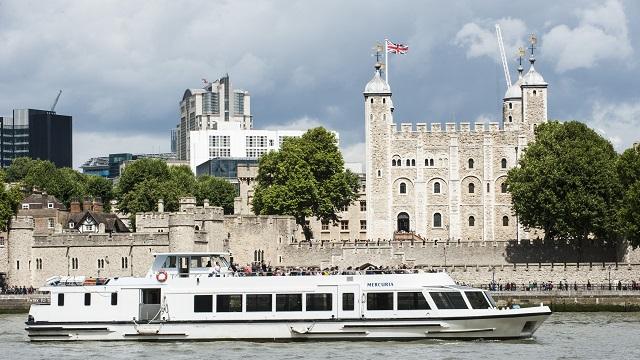 Ausflugsboot auf der Themse vor dem Tower of London
