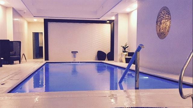 Расслабляющая зона у бассейна в спа-салоне Montcalm