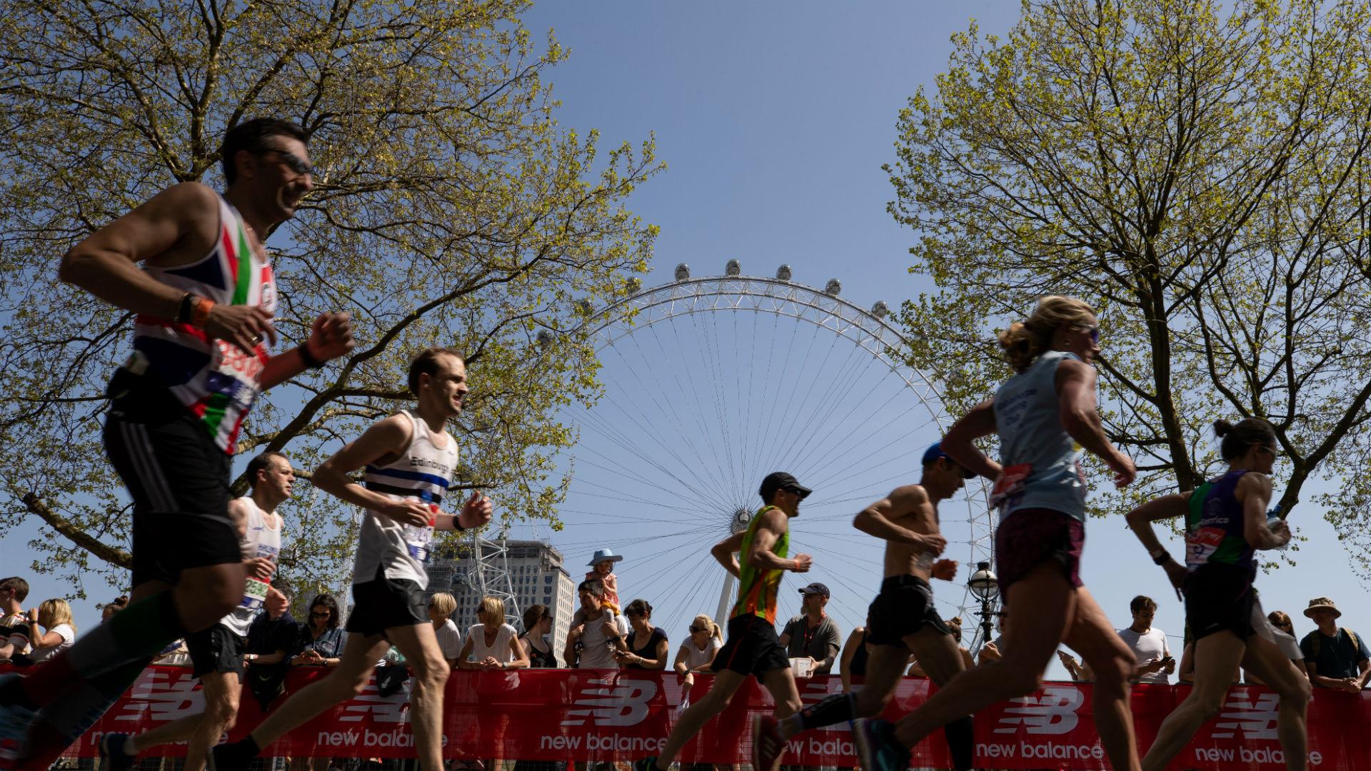 Бегуны проходят мимо Coca-Cola London Eye во время лондонского марафона Virgin Money