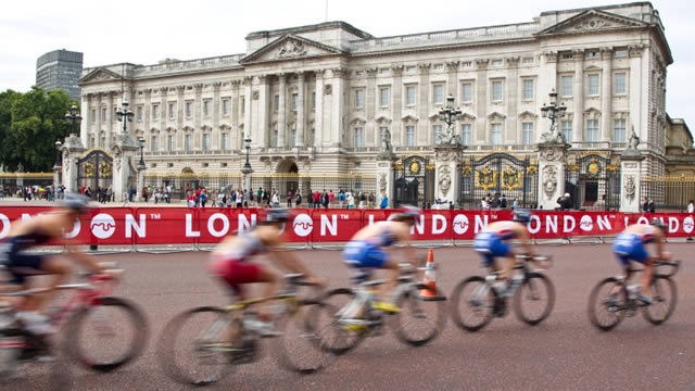 cycling past buckingham palace
